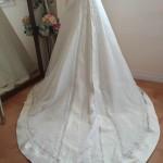 まるで花びらのようなトレーンのシンプルAラインウェディングドレス