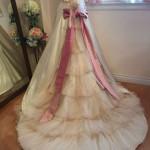 背中のリボンとトレーンのティアードが可愛いAラインのカラードレス!