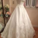 ロングトレーンが幻想的な雰囲気にしてくれるウェディングドレス!